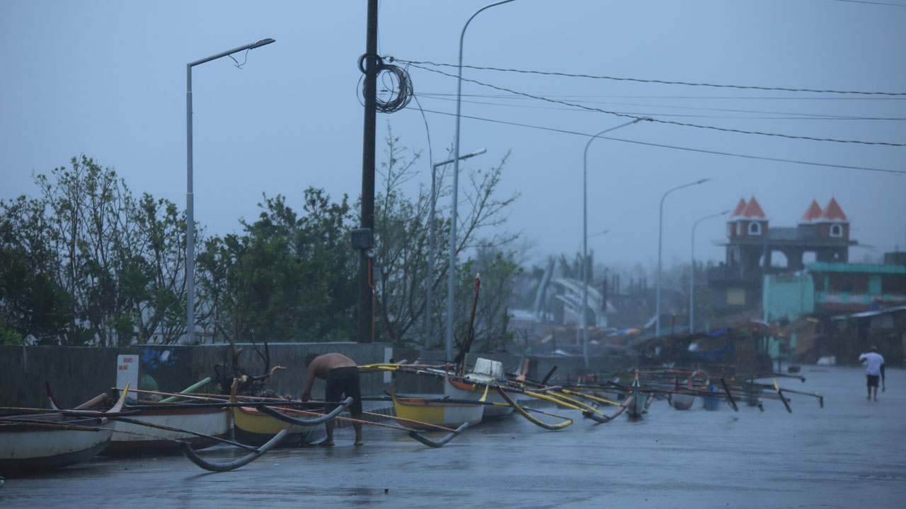 Typhoon-ravaged Philippines battered by new storm